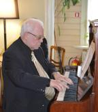 Раффи Аспазия у рояля